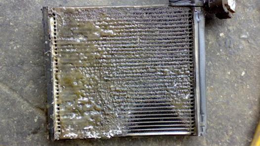 สารระเหยที่อยู่ในน้ำหอม ระเหยวนเวียนอยู่ในระบบแอร์ กลายเป็นคราบเหนียวติดอยู่ที่ช่องลมรังผึ้ง และกรองแอร์ ทำให้แอร์ตัน